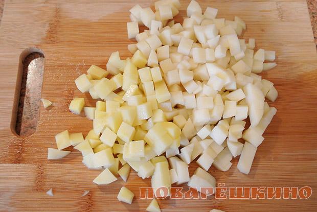 Картофель мелко нарезать.