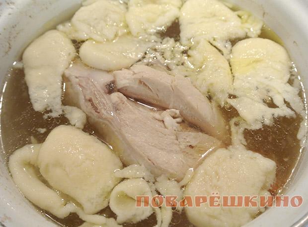 Куриный суп с капустой и клецками