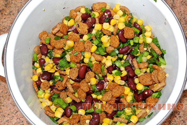 Салат за 5 минут с кукурузой и сухар