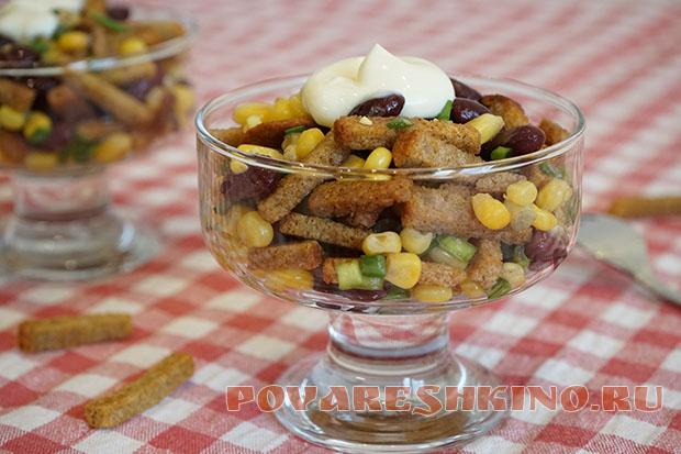 Салат за 5 минут с кукурузой и сухариками