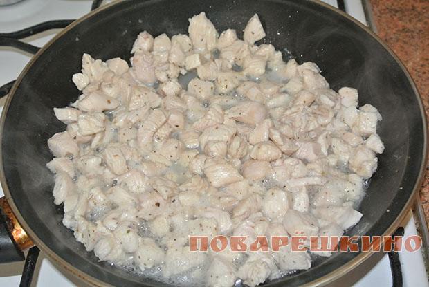 Куриный гуляш в пшеничных булочках