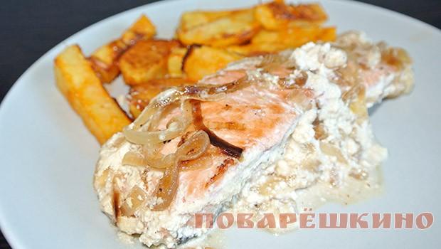 Тушеная рыба с луком и сметаной