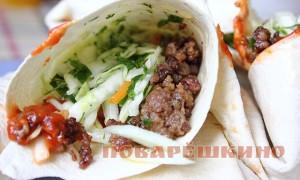 Закуска из лаваша: рулет с фаршем и овощами