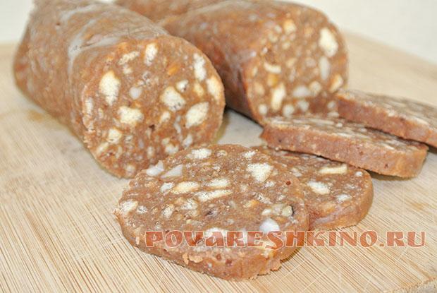 Шоколадная колбаска с печеньем и орехами