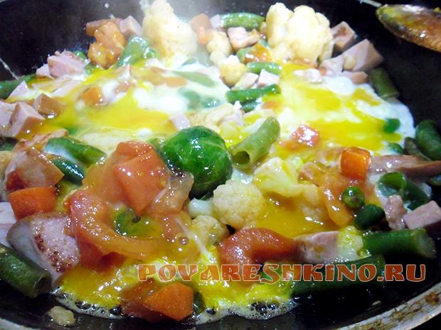 Яичница с овощами для завтрака