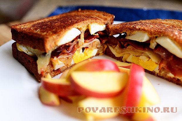 Бутерброд с беконом и яйцом