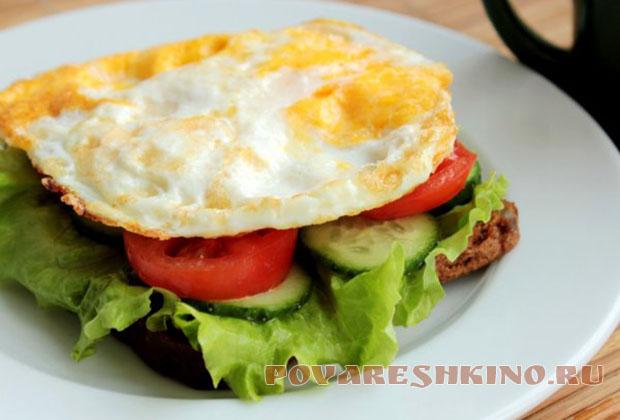 Бутерброд с жареным яйцом, помидором и огурцом