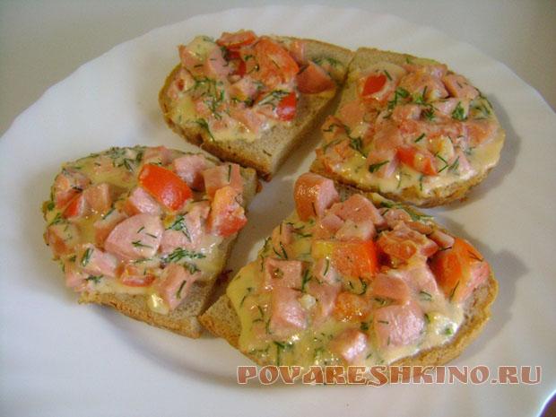 Классические горячие бутерброды с сыром и сосисками