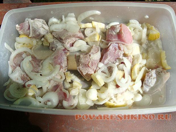Шашлык из свинины, маринованный в лимонном соке