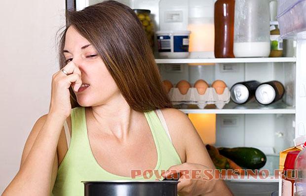 Как избавиться от неприятного запаха в холодильнике подручными средствами?