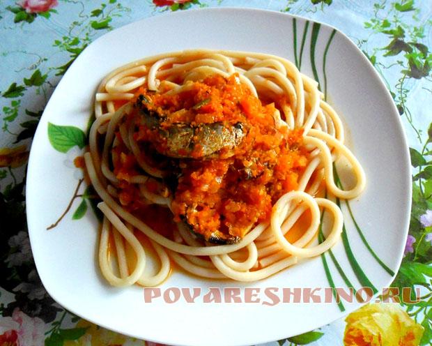 Макароны с килькой в томате и морковным соусом