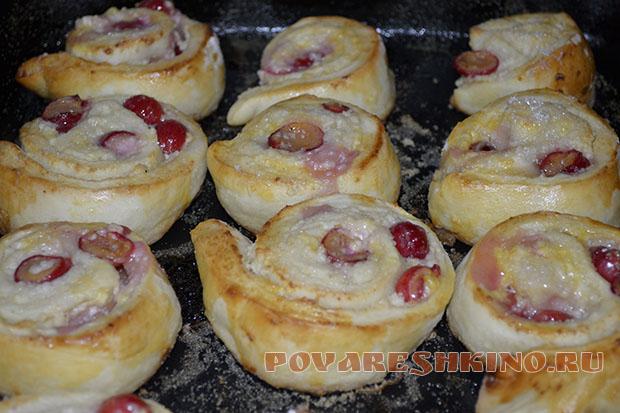 Сладкие булочки с творогом и вишней